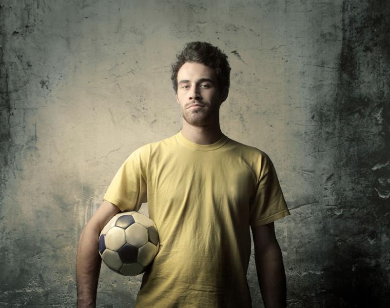 ボールを持つ青年