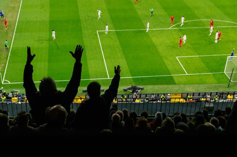 スタジアムの観客と選手たち
